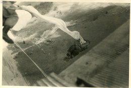 Grande Photo De Soldat Francais Des Parachutiste Sautant De L'avion Vers 1950 - Guerre, Militaire