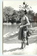 RPPC - MALAISIE - Homme Avec Une Coiffe En Plume Près De L'eau - Malaysia