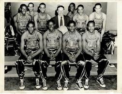 Harlem Globe Trotter Photo De Presse Originale 18x24 Dans Les Années 60 Petit Manque Bas Droit, 2 Déchirures Haut - Basketball - WNBA