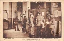 59-LILLE- PENDANT L'OCCUPATION ALLEMANDE, LES ALLEMANDS A LA POSTE - Lille