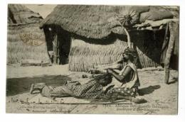 Sénégal - Coiffure D'une élégante (Femme Couchée Sur Le Ventre Devant La Coiffeuse Agenouillée (tresses) Circ 1915 - Sénégal