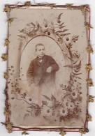 Enfant : Portrait En Médaillon : Encadré ( Fil De Fer Et Tissu ) Photo : R. FOGERON Lalouvesc - Ardéche - 16,5cm X 11cm - Anonyme Personen