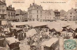 Thouars - La Place Saint Médard , Un Jour De Marché - Thouars