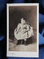 Photo CDV  Portier à Alger  Fillette Assise (Rosine, Marie Jeanne Jalabert 1866)  Sec. Empire - L498B - Anciennes (Av. 1900)