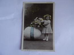 CPA Joyeuses Paques  Lettres En Relief Oeuf Petite Fille Et Bouquet De Fleurs  TBE - Pascua