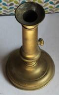 Ancien Bougeoir En Laiton Avec Socle Rond Et Bouton Pour Remonter La Bougie - Bronzes