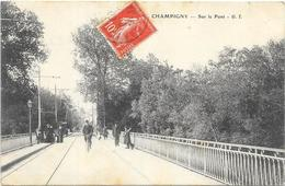 CHAMPIGNY SUR MARNE : SUR LE PONT - Champigny Sur Marne