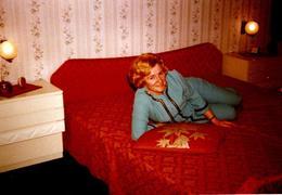 Photo Couleur Originale B.B. Belle Ambiance De Chambre à Coucher Orange & Femme Sur Son Lit En Combi Turquoise 1969 - Pin-Ups