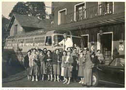 76 Longueville - Un Autocar Avec Un Groupe De Femmes Devant L'Hotel Du Commerce - Coches