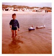 Photo Carrée Couleurs Originales B.B. Jouets Jeune Garçon Faisant Naviguer Ses Navires De Plastique Sur Le Mer Vers 1960 - Personnes Anonymes