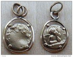 Mada-347 Médaille Ancienne En Métal Doré (poinçon) Pourtour Ajouré Angelot Au Dos Décor De Roses - Religion & Esotericism