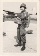 L1- PAU - MILITAIRE COMMANDO PARACHUTISTE AVION  - PHOTO ENA A PAU  - (2 SCANS) - Fallschirmspringen