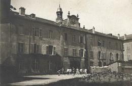 Hôpital Militaire Casernement Guerre 14-18 Partie De Pétanque Boules Dans La Cour Baraquement Avec Croix Rouge - Guerre 1914-18