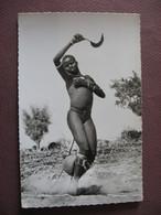 CPA PHOTO AOF AFRIQUE OCCIDENTALE FRANCAISE Danseuse à La Serpette DANSE FEMME AFRICAINE SEINS NUS NUE NUDE - Cartoline