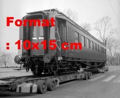 Reproduction Photographie Ancienne D'une Remorque Chargée Du Premier Wagon-restaurant Chemins De Fer Suisse Lucerne 1961 - Reproductions