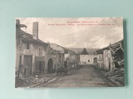 CRÉVIC. — Une Rue Du Village Après L'incendie- Août 1914 - Autres Communes