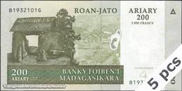 TWN - MADAGASCAR 87b - 200 Ariary 2004 DEALERS LOT X 5 - B XXXXXXX G UNC - Madagascar