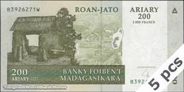 TWN - MADAGASCAR 87b - 200 Ariary 2004 DEALERS LOT X 5 - B XXXXXXX W UNC - Madagascar