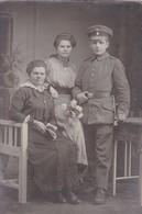AK Foto Deutscher Soldat Mit 2 Frauen Im Atelier - Atelier Köhler, Freiberg Sachsen - 1. WK (48959) - Oorlog 1914-18