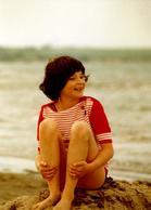 Photo Couleur Originale Portrait D'Adolescent Ou Adolescente Bronzant Prenant La Pose Sur La Plage Vers 1970 - Anonyme Personen