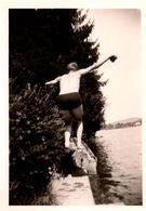 Photo Originale Gay & Playboy Sexy De Dos En équilibre Sur Un Tronc D'Arbre Au Bord De L'eau Vers 1940/50 - Personnes Anonymes