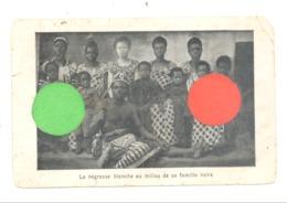 La Nègresse Blanche Au Milieu De Sa Famille Noire - Afrique - ETAT MOYEN, Voir Scan  (1248) - Afrique