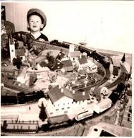 Photo Carrée Originale Jeu, Jouet & Modélisme - Gamin Heureux Devant Son Train électrique Vers 1960 - Maquette - Trains