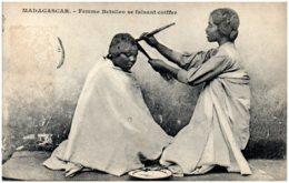 MADAGASCAR - Femme Betsileo Se Faisant Coiffer - Madagaskar