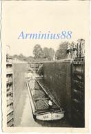 """France, 1940 - Canal - Péniche - Barge """"696"""" - Écluse - Éclusière - Wehrmacht - Soldats Allemands En Maillot De Bain - Guerre, Militaire"""