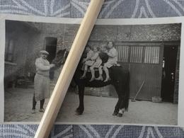 62 ECOURT SAINT QUENTIN PHOTO 4 ENFANTS SUR UN CHEVAL DANS UNE COUR DE FERME 1930 11.3 X 625 CM - Places