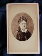 Photo CDV  Hoyau à Cherbourg  Portrait Jeune Femme  Très Belle Coiffure  CA 1875 - L497A - Fotos