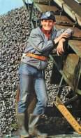 SAINT ELOI - Travailleur Avec Casque Accoudé à Une Machine - Cailloux - Andere