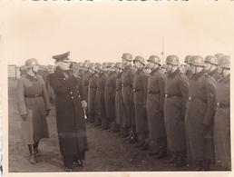 PHOTO ORIGINALE 39 / 45 WW2 WEHRMACHT ALLEMAGNE HELGOLAND INSPECTION DES SOLDATS ALLEMANDS PAR L AMIRAL RUHMANN - Krieg, Militär