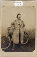 MACON (saône Et Loire 71) Photo  Jeune Homme Prenant La Pose à Côté De Son Vélo - Macon