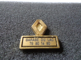 Joli Pin's Renault Garage Du Lac Estampillé Déposé France - Pin's & Anstecknadeln