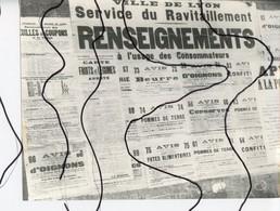 PHOTOGRAPHIE. LYON Affiche Panneau Du Service De Ravitaillement Renseignement A Usage Des Consommateurs ,  Guerre 1943. - Lugares