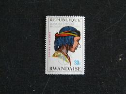RWANDA YT 546 NSG - COIFFE AFRICAINE FEMME TOUBOU DU CANTON DE BARDAI - SURCHARGE QUINZAINE AFRICAINE - Rwanda