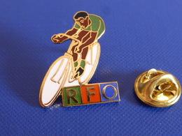 Pin's RFO - Média Radio Télévision Antilles Outre Mer Dom Tom - Vélo Cyclisme Course (RD13) - Médias