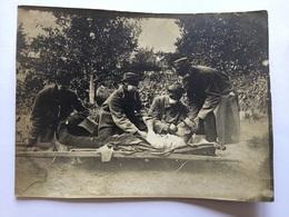 Rare Photo D'infirmiers Du 63°RI Soignant Un Blessé Avec Tampons Anti Gaz 1915 1914-18 - 1914-18