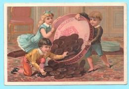 Très Jolie Chromo Chocolat Suchard. Garçons Et Petite Fille Avec Une Boite Pleine De Chacolats En Petits Disques. - Suchard