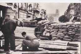 Carte Photo  Libération De Paris (75)  En 1945   Une Barricade Aux Abords De La Préfecture   Ed Serge - Krieg, Militär