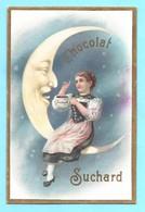 Magnifique Chromo Chocolat Suchard. Fille Assise Sur Faucille De Lune, Lui Offre Du Chocolat. Série 32. - Suchard