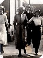 Tirage Photo Albuminé Souple Original - Marcheur & Marcheuses De Rue En 1914 Identifiées Au Dos - Personnes Identifiées