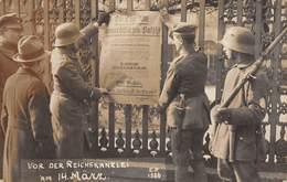 20-6048 : CARTE PHOTO ALLEMANDE. VOR DER REICHSKANZLEI AM 14 MÄRZ. AVANT LA CHANCELLERIE DU REICH. - Militaria