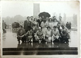 №104  Photography Of  Group People In The Rain In Front Of The Soviet Army Monument In Sofia - 1957, Old FOTO PHOTO - Anonymous Persons