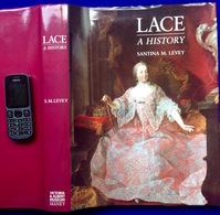 LACE A HISTORY 484pp 500ill Santina M. Levey Geschiedenis KANT Histoire DENTELLE KANTWERK Dentelliere Kantwerkster Z661 - Livres, BD, Revues