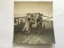 Photo Aviateur Avec Parachute Devant Son Avion Années 20-30  14x 13 Cm - Aviation
