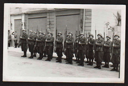 MENTON: Occupation Italienne En 1940, La Troupe Présente Les Armes. RARE Carte Photo écrite Au Verso - Menton