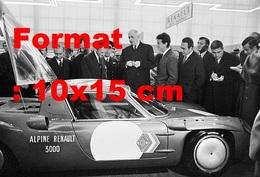 Reproduction  Photographie Ancienne Du Général De Gaulle Devant La Renault Alpine 3000 Au Salon De L'auto à Paris 1967 - Repro's