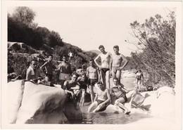 Groupe De Jeunes Hommes Au Bord De La Rivière : Torse Nu - ( Format 12cm X 8,5cm ) - Personnes Anonymes
